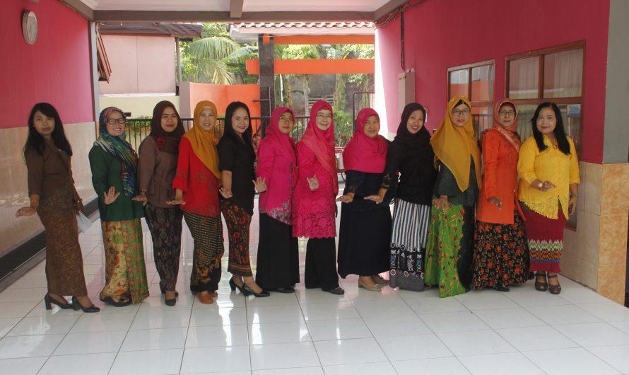 Rabu Pertama Dan Ketiga, SMPN 10 Surabaya Anggun Dengan Kebaya