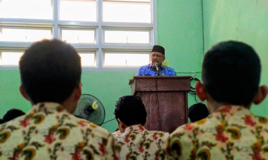 Pekan Pertama Bertugas Di SMPN 10 Surabaya, Abah Masykur Pimpin Sholat Jum'at