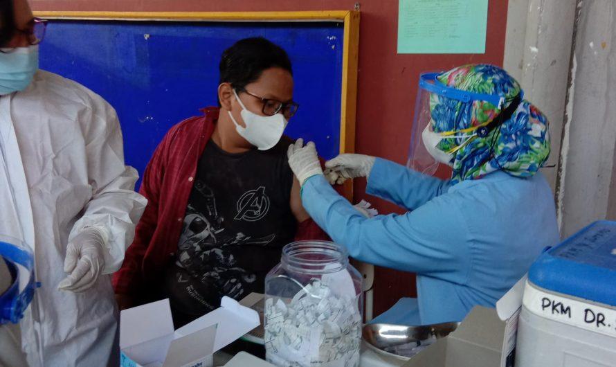 Ratusan Siswa SMP Negeri 10 Surabaya Jalani Vaksinasi Covid di Sekolah